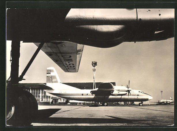AK Flugzeug Turboprop AN-24 der Interflug auf der Startbahn