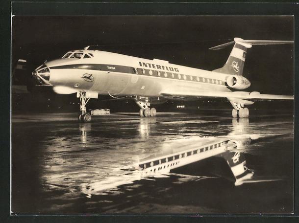 AK Turbinenluftstrahlverkehrsflugzeug TU 134 der Interflug bei Nacht auf der Startbahn