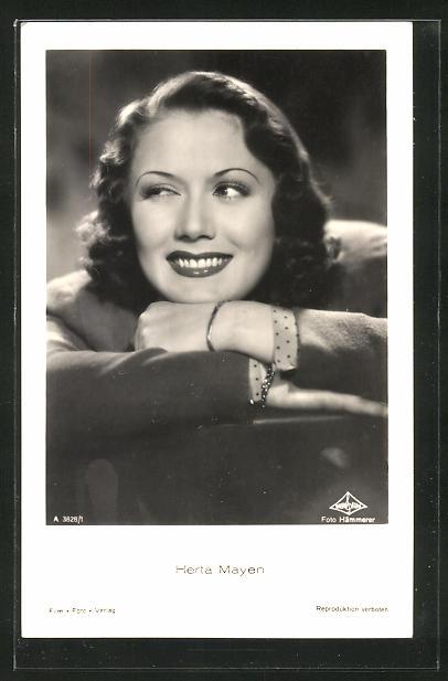 AK Schauspielerin Herta Mayen den Kopf auf die Arme gelegt und lächelnd