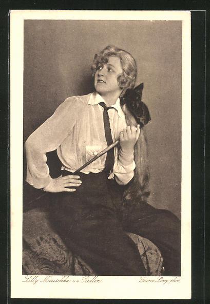 AK Schauspielerin Lilly Marischka im Kostüm sitzend und zur Seite schauend