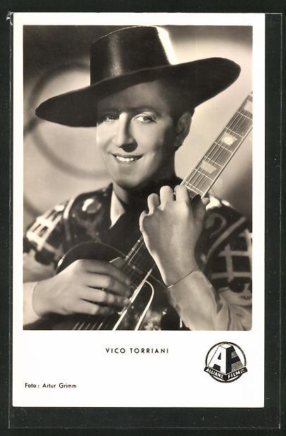 AK Schauspieler Vico Torriani mit Hut und Gitarre zur Seite lächelnd