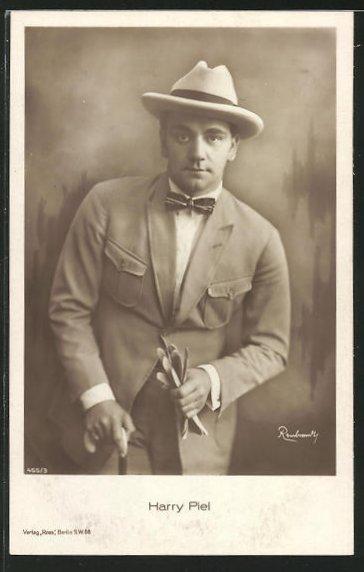 AK Schauspieler Harry Piel im Anzug mit Hut und ernsten Blick