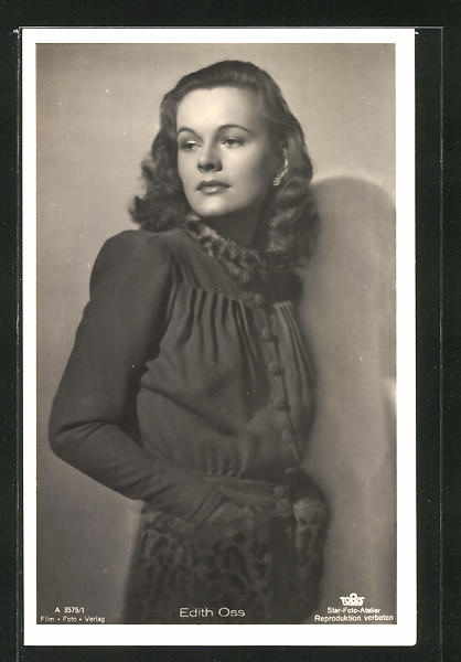 AK Schauspielerin Edith Oss nachdenklich an einer Wand stehend