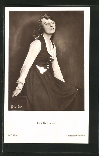 AK Schauspielerin Eva Richter im Seitenprofil mit toller Kleidung