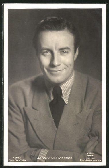 AK Schauspieler Johannes Heesters im Anzug in die Kamera schauend