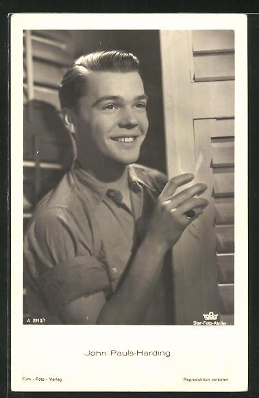 AK Schauspieler John Pauls-Harding hinter einer Tür stehend