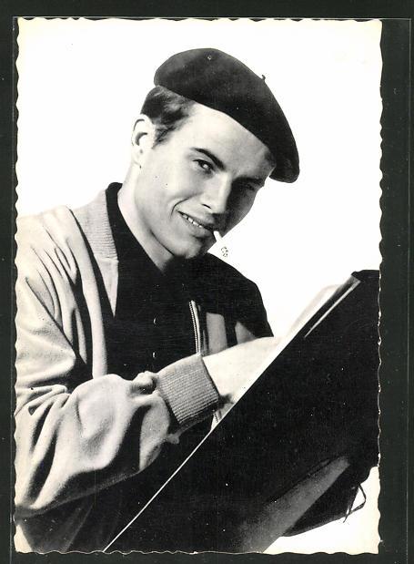 AK Schauspieler Horst Buchholz mit Zigarette beim Zeichnen