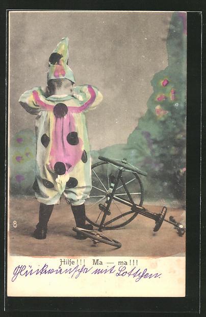 AK Weinender Knabe im Kostüm neben umgestürztem Dreirad