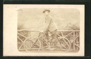 Foto-AK Junger Mann mit Hut auf Fahrrad