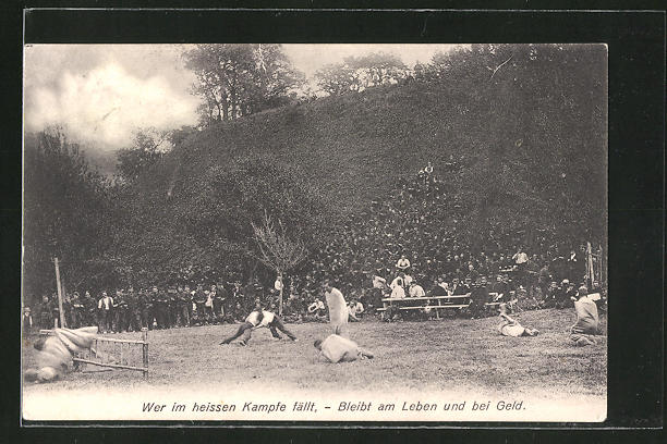 AK Ringer kämpfen auf einem Feld im Freien