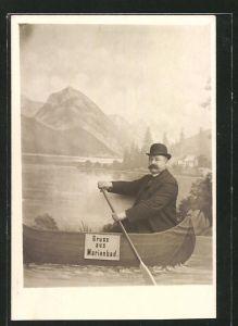Foto-AK Marienbad, Mann in einer Studiokulisse mit Ruderboot