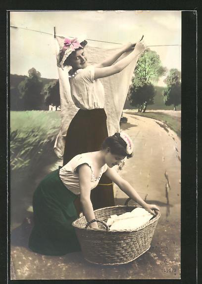 AK Waschfrauen hängen die Wäsche zum Trocknen auf