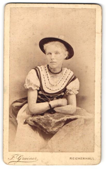 Fotografie F. Grainer, Reichenhall, Portrait junge Frau in Tracht