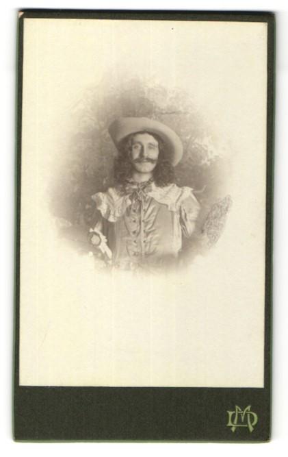 Fotografie Max Damm, Bad Harzburg, Portrait Mann mit wallendem Haar in Kostüm, Fasching, Schauspieler