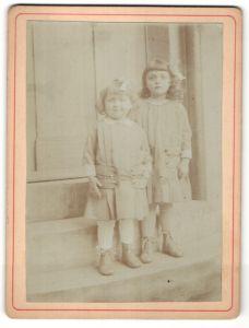 Fotografie zwei kleine Mädchen in identischen Kleidern, Schwestern