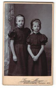 Fotografie Georg Meyer, Braunschweig, Portrait zwei Mädchen in identischen Kleidern, Schwestern