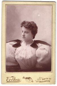 Fotografie Volkers, Brooklyn, NY, Portrait junge Frau in zeitgenöss. Mode