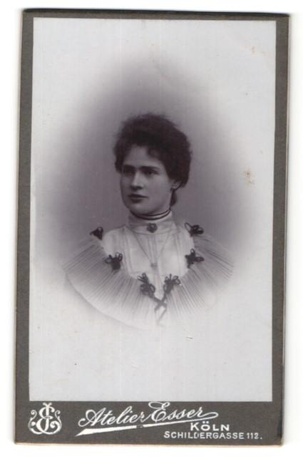 Fotografie Atelier Esser, Köln, Portrait junge Frau mit zusammengebundenem Haar