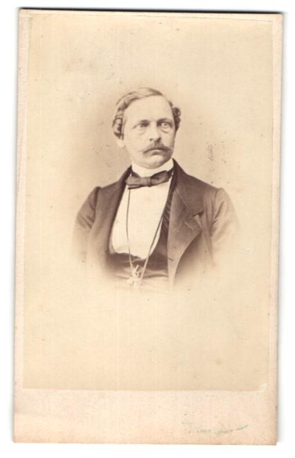 Fotografie V. Schertle, Frankfurt a/M, Portrait Herr mit zeitgenöss. Frisur