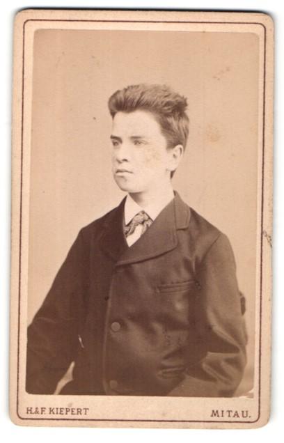 Fotografie H. & F. Kiepert, Mitau, Portrait halbwüchsiger Knabe mit Bürstenhaarschnitt
