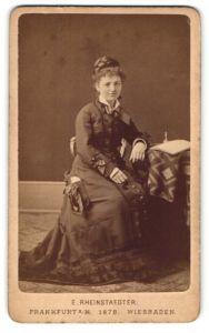 Fotografie E. Rheinstaedter, Frankfurt a/M, Portrait junge Dame mit geflochtenem Haar