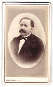 Fotografie Courthéoux, Paris, Portrait älterer Herr mit Schnauzbart