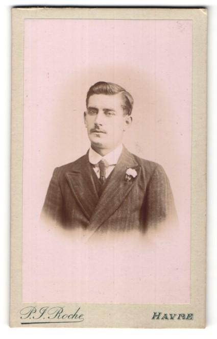 Fotografie P. J. Roche, Havre, Portrait junger Herr in Anzug
