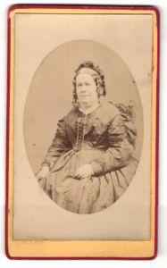 Fotografie unbekannter Fotograf und Ort, Portrait Dame in zeitgenöss. Kleidung mit Haube