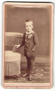 Fotografie unbekannter Fotograf und Ort, Portrait Bub in zeitgenöss. Kleidung