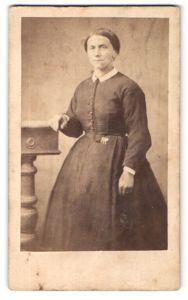 Fotografie unbekannter Fotograf und Ort, Portrait Frau in zeitgenöss. Kleidung