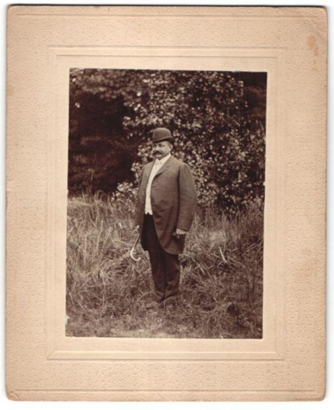 Fotografie Fotograf und Ort unbekannt, Edelmann mit Gehstock & Hut - Melone