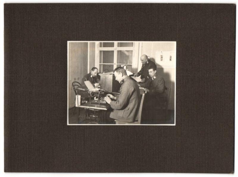 Fotografie 1.WK, Österreichischer Soldat mit Schreibmaschine in einer Schreibstube