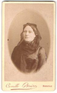 Fotografie Camille Brion, Marseille, Portrait Dame mit Kopftuch