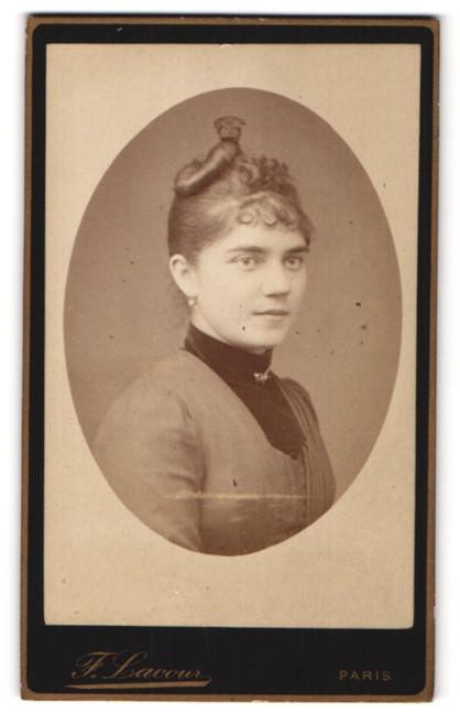 Fotografie F. Lacour, Paris, Portrait Fräulein mit zeitgenöss. Frisur