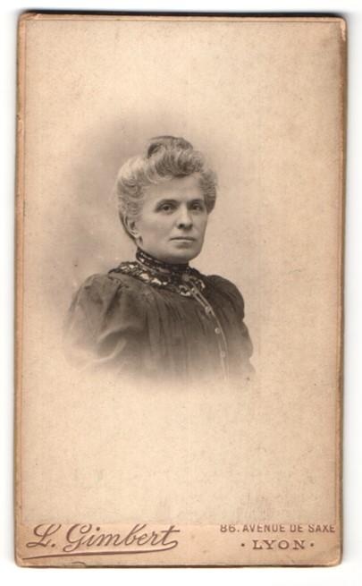 Fotografie L. Gimbert, Lyon, Portrait Dame mit zeitgenöss. Frisur