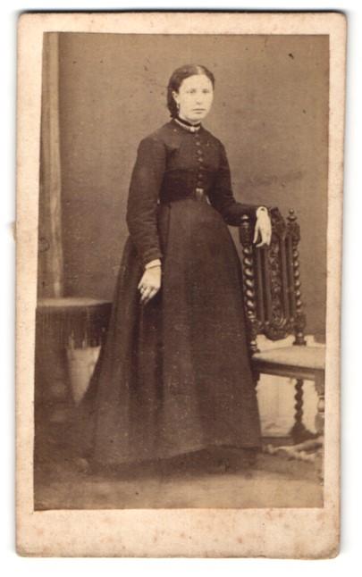Fotografie unbekannter Fotograf und Ort, Portrait junge Dame in zeitgenöss. Kleidung