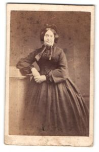Fotografie unbekannter Fotograf und Ort, Portrait betagte Dame in zeitgenöss. Kleidung mit Haube