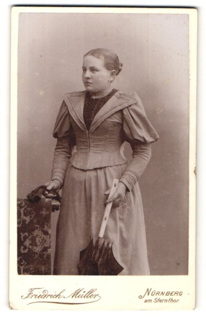 Fotografie Friedrich Müller, Nürnberg, Portrait junge Frau in zeitgenöss. Mode