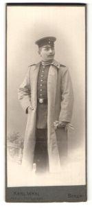 Fotografie Karl Wahl, Berlin, Portrait Soldat in Uniformmantel mit Schulterklappen mit Paspelierung