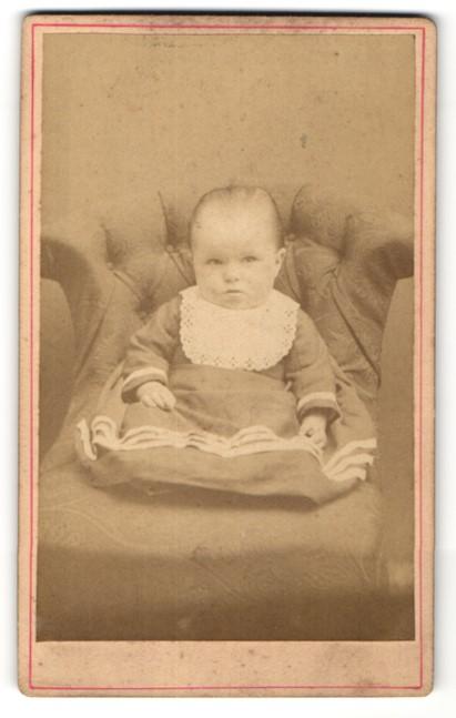 Fotografie Jos. Faust, Hofheim a/T, Portrait kleines Mädchen in Kleidchen