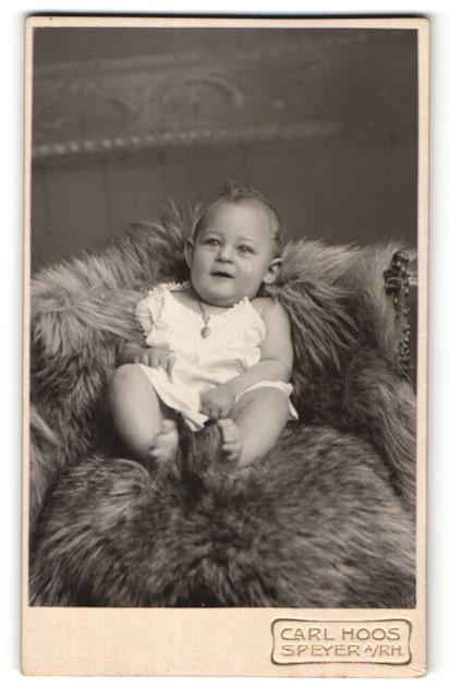 Fotografie Carl Hoos, Speyer a/Rh, Portrait Säugling mit nackigen Füssen