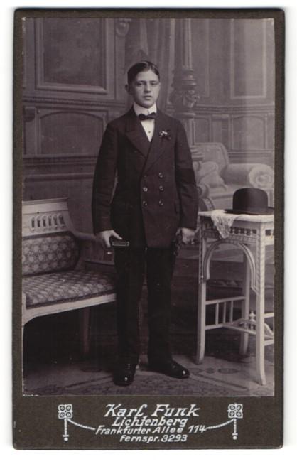 Fotografie Karl Funk, Berlin-Lichtenberg, Portrait halbwüchsiger Knabe in feierlicher Kleidung