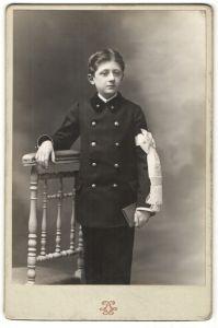 Fotografie Photographie des Grands Magasins du Louvre, Paris, Portrait eines Kommunikanten mit Armbinde