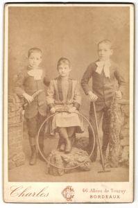 Fotografie Charles, Bordeaux, Kinder mit Spielzeugreif und Harke