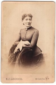 Fotografie E. J. Lecocq, New York, Dame in eleganter Robe