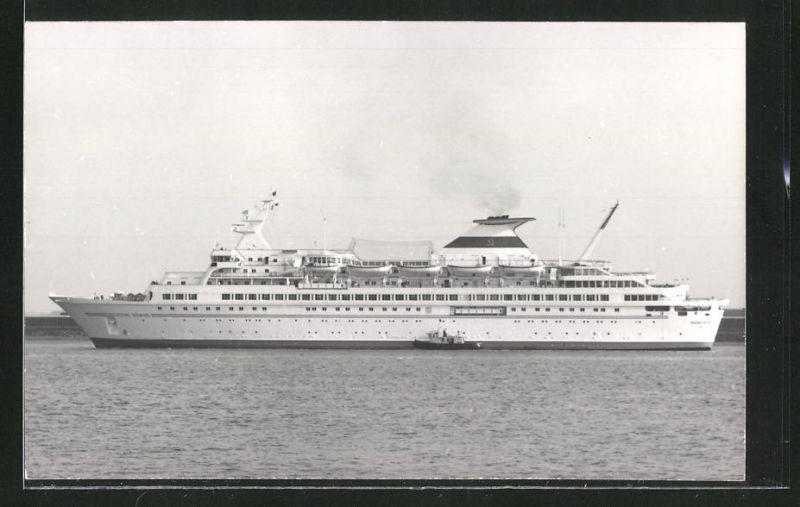 Fotografie Passagierschiff Leonid Brezhnev mit Schlepper auf Backbord