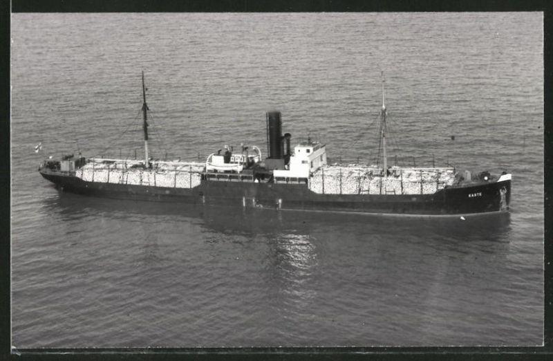 Fotografie Frachtschiff Kaste voll beladen mit Holz