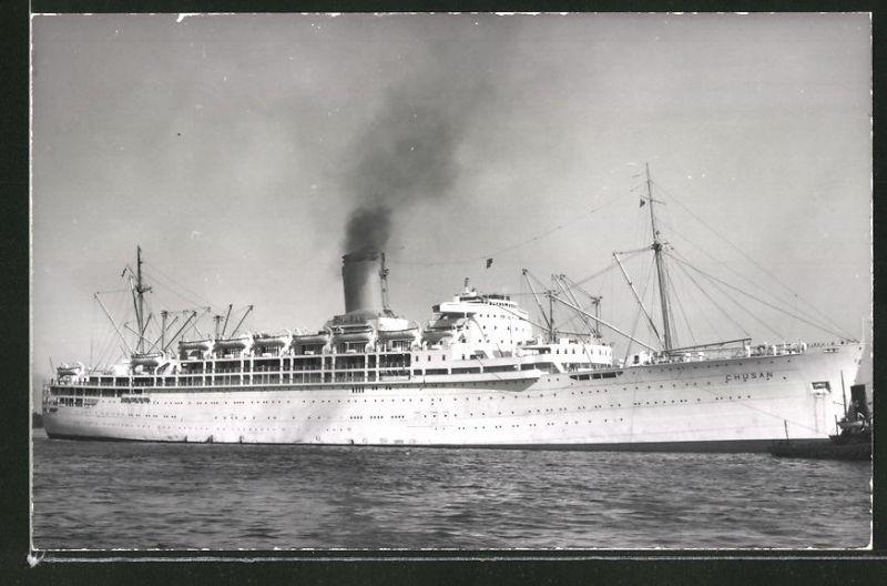Fotografie Passagierschiff Chusan mit Schlepper auf Steuerbord