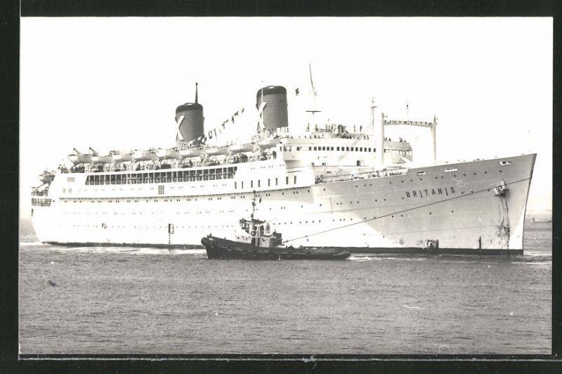 Fotografie Passagierschiff Britanis beim Anlegen mit Schlepper