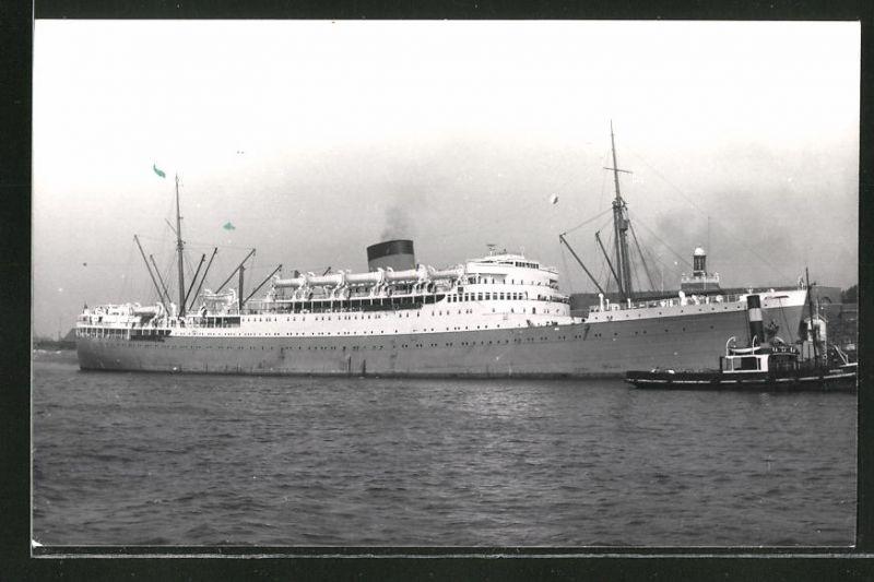 Fotografie Passagierschiff Durban Castle mit Schlepper auf Steuerbord